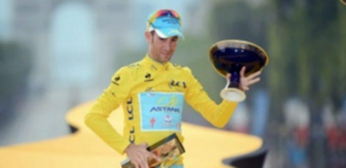 El ciclista italiano Vincenzo Nibali de Italia celebra su victoria tras la última etapa del Tour de Francia 2014. / Efe
