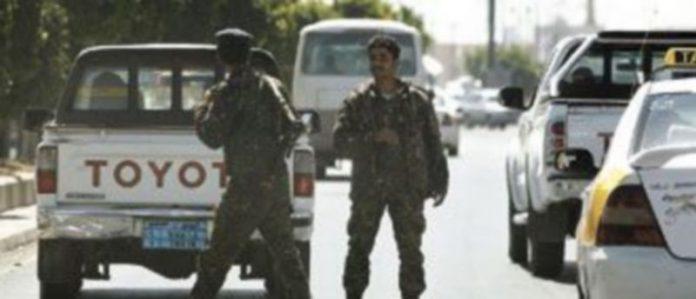 Miembros del Ejército yemení inspeccionan los vehículos que se aproximan al aeropuerto en la ciudad de Saná para evitar un ataque. / Reuters