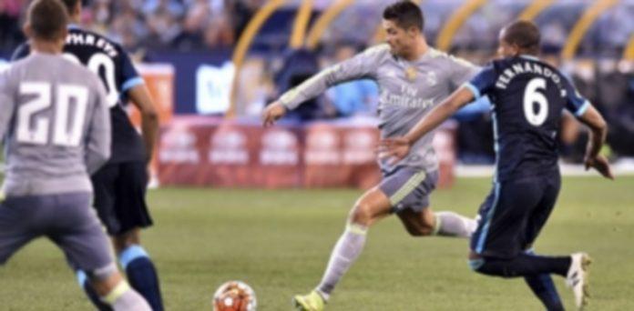 El delantero portugués del Real Madrid Cristiano Ronaldo (2d) trata de marcar contra el Manchester City. / EFE