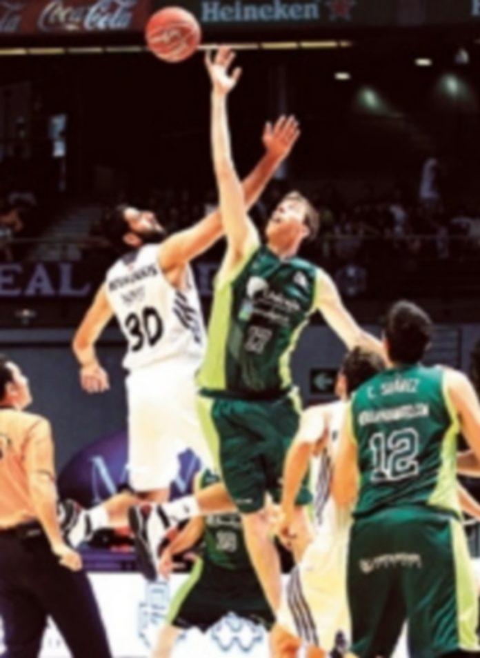 Bouroussis lucha con Vázquez en el salto inicial. / V. Lerena (Efe)