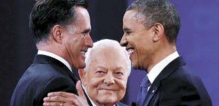 Los dos candidatos a la Casa Blanca se despiden ante la mirada del moderador del acto. / Reuters