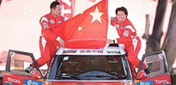 La china Guo Meiling (d) atropelló a ocho espectadores en la etapa prólogo. / Efe