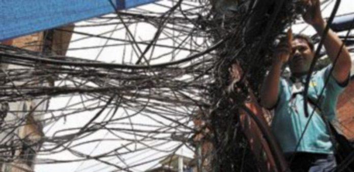 Un operario de telefónia trabaja en una de las favelas de Río de Janerio. / Efe