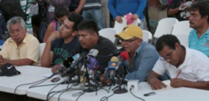 Familiares de los 43 estudiantes desaparecidos en Iguala durante la rueda de prensa en el municipio mexicano de Tixtlax. / EFE