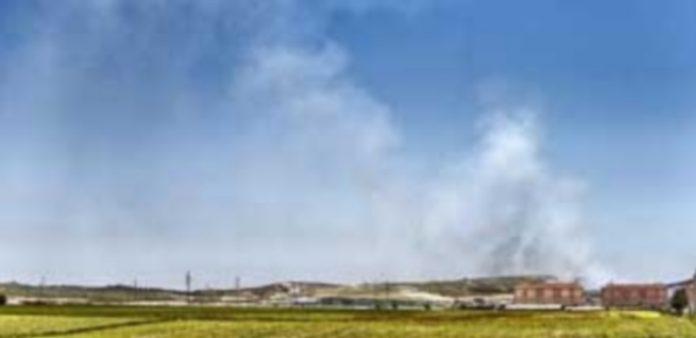 La zona afectada comienza a despejarse del humo provocado por el fuego. / Efe