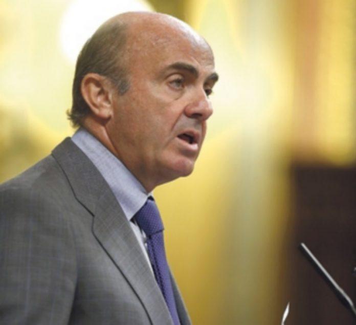 Luis de Guindos rechaza aplicar una quita de la deuda al país heleno. / EFE