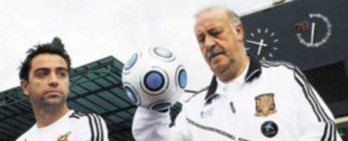 Xavi Hernández y Vicente del Bosque no tardaron en reaccionar frente al ataque sufrido. / EFE