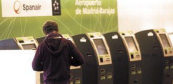 Un viajero pasa por una de las máquina de facturación en el aeropuerto de Barajas