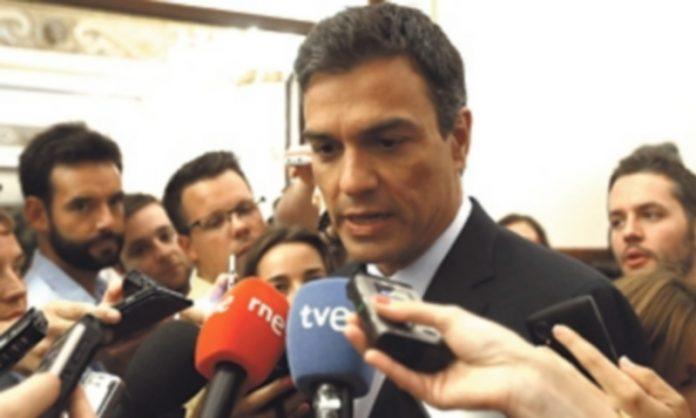 El secretario general del PSOE atiende a los medios en el Congreso. / EFE