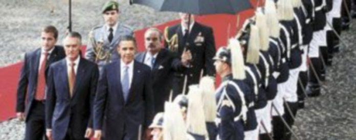 Barack Obama revisa la guardia de honor junto al presidente portugués