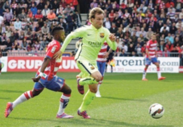 El centrocampista croata del FC Barcelona Ivan Rakitic (d) durante una acción del partido frente al Granada . / EFE