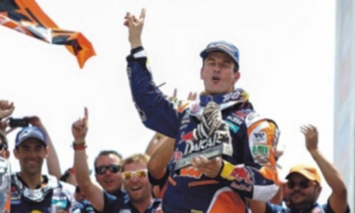 Marc Coma celebra con su equipo la victoria en el Dakar tras concluir la última etapa