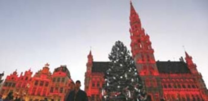 Vista del árbol de Navidad instalado en la Grand Place de Bruselas