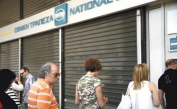 Miles de griegos hacen cola en los cajeros cada día para poder retirar su dinero de sus cuentas bancarias. / EFE