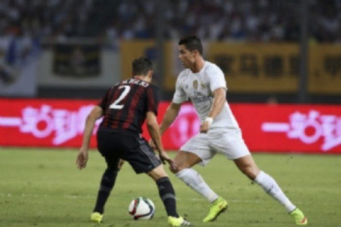 Cristiano Ronaldo controla el balón ante la defensa del milanista Mattia De Sciglio durante el encuentro de ayer. / EFE