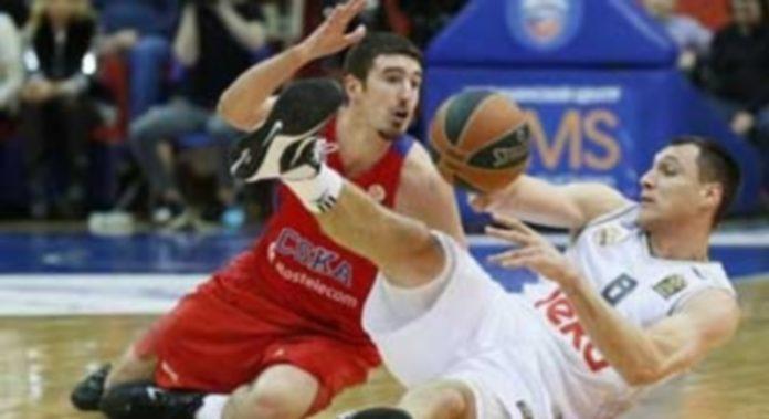 Jonas Maciulis (dcha) lucha por el balón con el francés del CSKA Nando de Colo