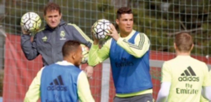 El delantero portugués del Real Madrid Cristiano Ronaldo durante el entrenamiento en Valdebebas. / EFE