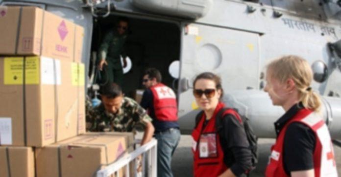 La ayuda internacional llega a Nepal pero se reparte a cuentagotas entre los ciudadanos más necesitados. / Efe