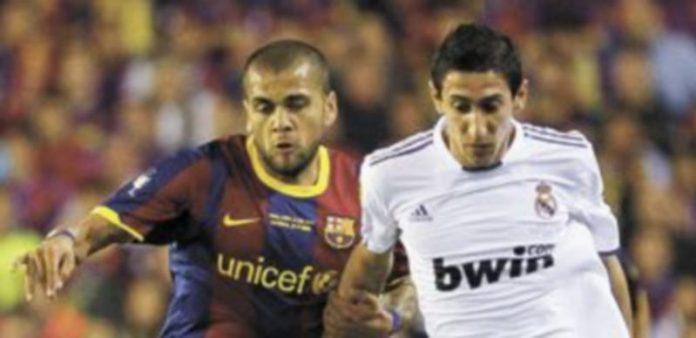 El argentino lucha por el esférico con el brasileño del Barça