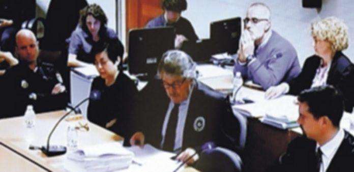 Los padres de la menor asesinada se sentaron en la sala uno delante del otro junto a sus respectivos abogados. / Efe