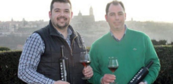 Los hermanos San Juan muestran las botellas del nuevo producto./M.G.