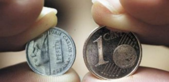 La moneda de la izquierda ha pasado a la historia. Ayer se cumplieron 10 años desde la puesta en marcha de la moneda única. / Alberto Rodrigo.