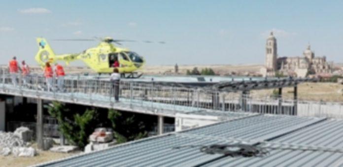 Los helicópteros sanitarios de Sacyl son un medio de transporte cada vez más utilizados para ganar rapidez.  Imagen reciente captada en el helipuerto del Hospital General de Segovia. / F. D.