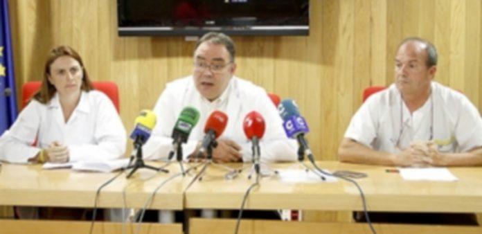 Los directivos del hospital comparecieron en rueda de prensa para explicar la situación del Servicio de  Urgencias. /N. LL