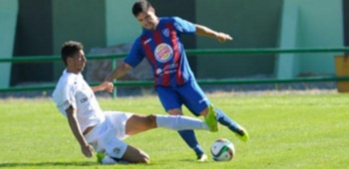 El lateral segoviano Rubén salva la entrada de un rival del Zamora. / KAMARERO
