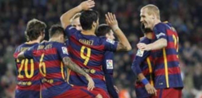 Luis Suárez (c) celebra con sus compañeros su primer gol marcado ante el Real Betis