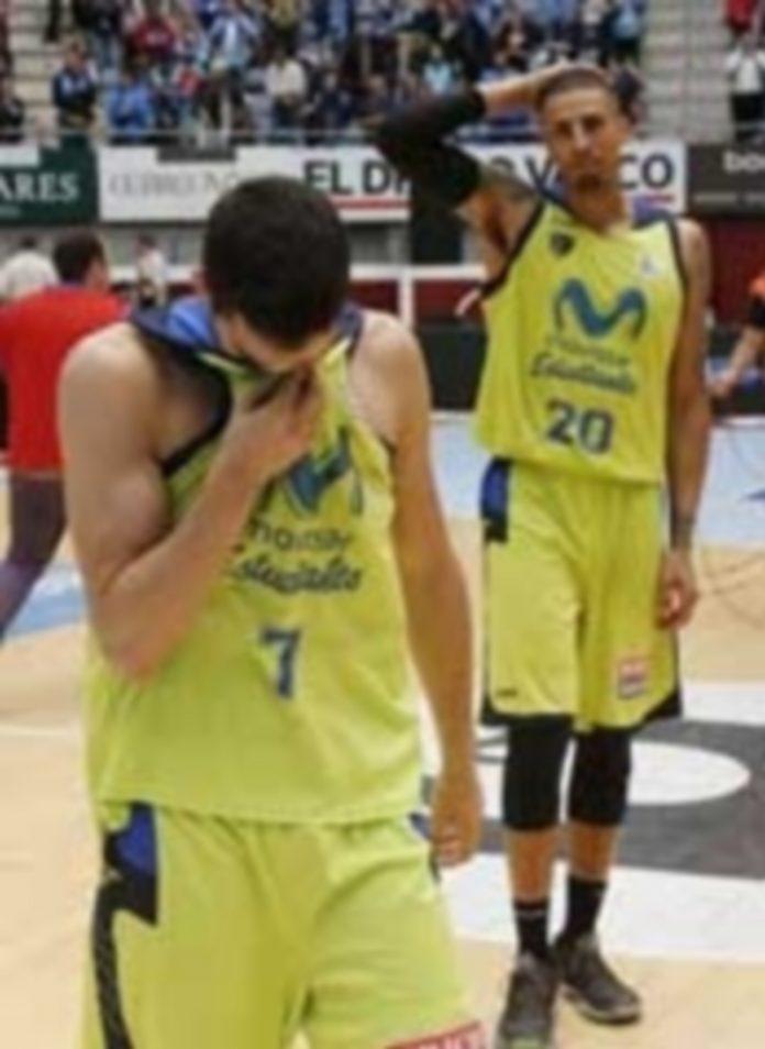 La tristeza por parte de los jugadores del Movistar Estudiantes contrastó con la lucha entre Real Madrid y Barcelona. / EFE