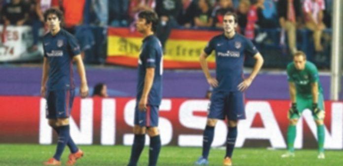 Los jugadores del Atlético de Madrid se lamentan tras encajar el segundo gol del Benfica que dio el triunfo a los lusos. / EFE