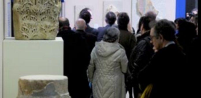 Un grupo de personas hace cola para poder entrar en la exposición y poder ver las numerosas obras de la muestra como bustos o piezas artesanales. / kamarero