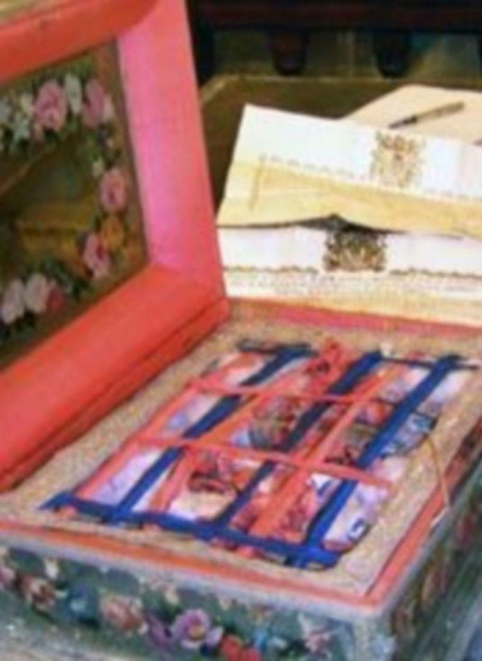 Caja decorada donde se conserva el lignum crucis de La Losa. / Álvaro Pinela.