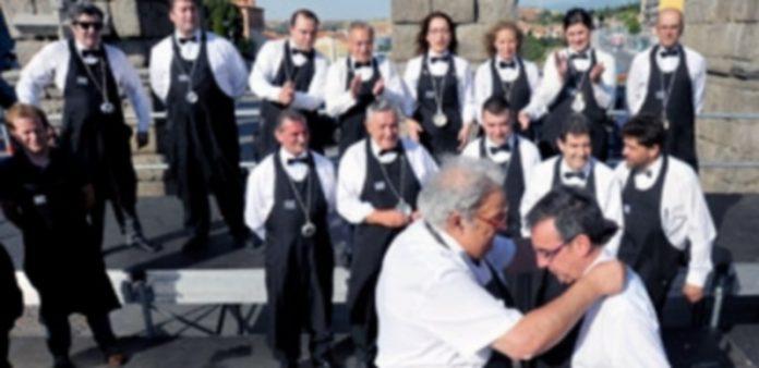 Momento de la entrega del premio al sumiller Carlos González Huertas por parte de José Luis 'Mazaca'