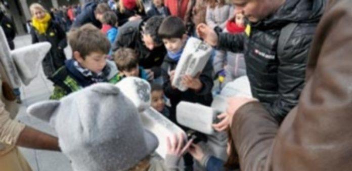 Padres e hijos aprendieron a construir un acueducto como el de Segovia con el Arriero Claudio en el inicio de la visita guiada. / Kamarero