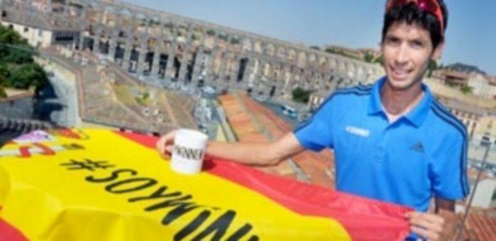 El atleta segoviano Javi Guerra durante la presentación de 'Diario de un winner' en la terraza de verano de El Rincón del Segoviano. / KAMARERO