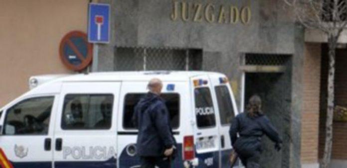 Algunos de los agentes de la Comisaría se dirigen al Juzgado número 5 de Segovia para trasladar a los imputados hasta el Centro Penitenciario de Perogordo en el furgón policial. / Alberto Benavente