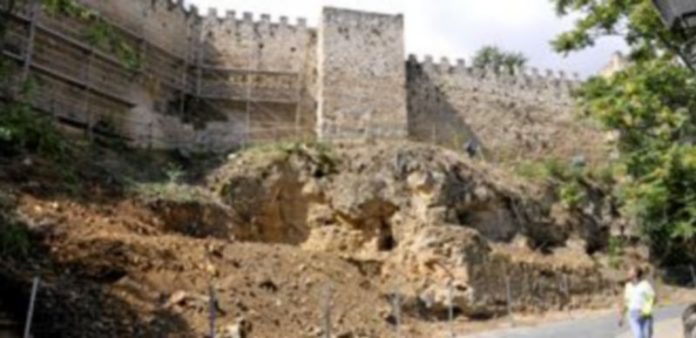 La empresa Alvac está trabajando en la limpieza y consolidación del tramo de muralla entre los cubos 37 y 43