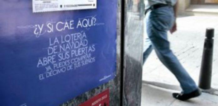 Los carteles de venta de lotería de navidad llenan las administraciones desde el pasado mes de julio. / Lara Mazagatos