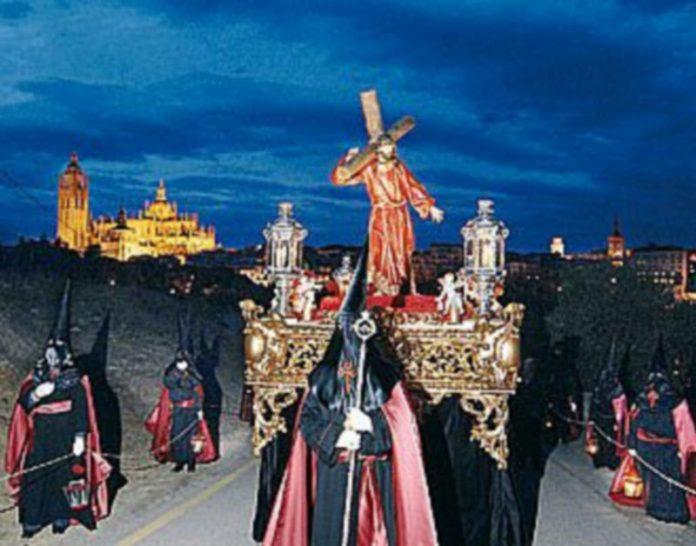 Los cofrades de Los Maristas acompañan en silencio por los altos de La Piedad las imágenes durante el Via Crucis celebrado anoche./ JUAN MARTÍN