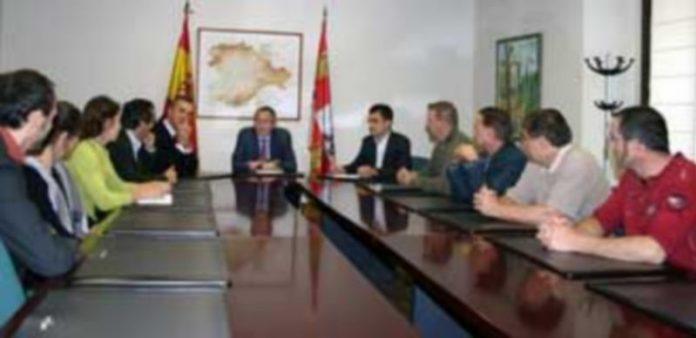 Imagen de la reunión de López-Escobar junto a los expertos canadienses en la Delegación de la Junta. / EL ADELANTADO