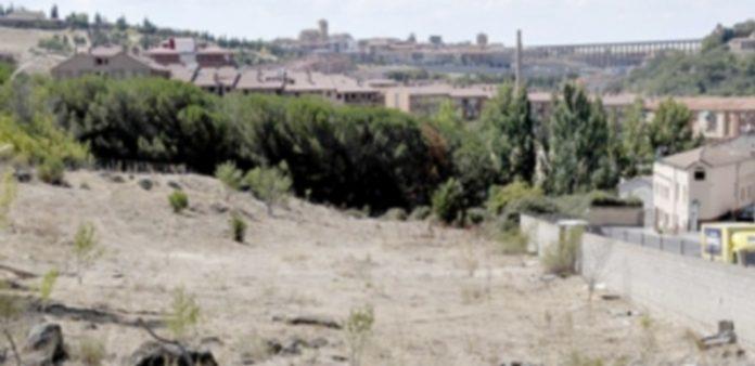 La parcela conocida como 'Casa de Guardas' acogerá el futuro instituto con F. P. del barrio de San Lorenzo. / juan martin