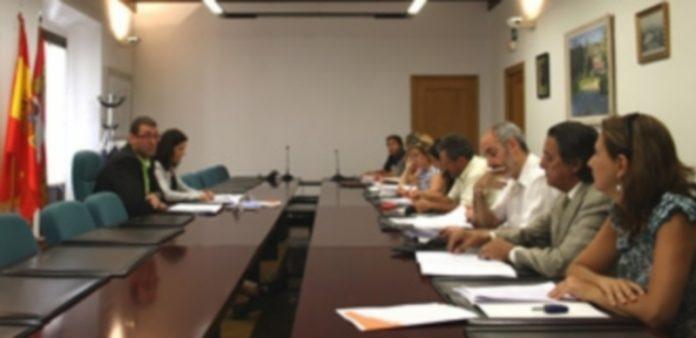 César Gómez y Ruth Llorente presentaron ayer la convocatoria a las asociaciones turísticas. / El Adelantado