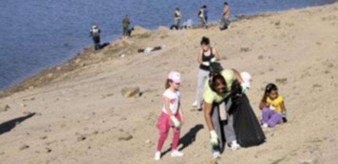 Niños y mayores recogieron una veintena de bolsas con desperdicios recogidos en el entorno del embalse. / A. Benavente