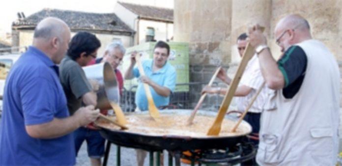 El bar 'Casa Paco' invitó a la gente del barrio y a los foráneos a cenar tortilla anoche. / Nerea Llorente