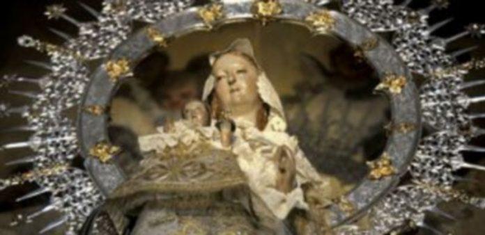 La imagen de la Virgen de la Fuencisla luce desde ayer de nuevo la mano del Niño que le fue repuesta por técnicos del Centro de Restauración de Simancas./ A. Benavente