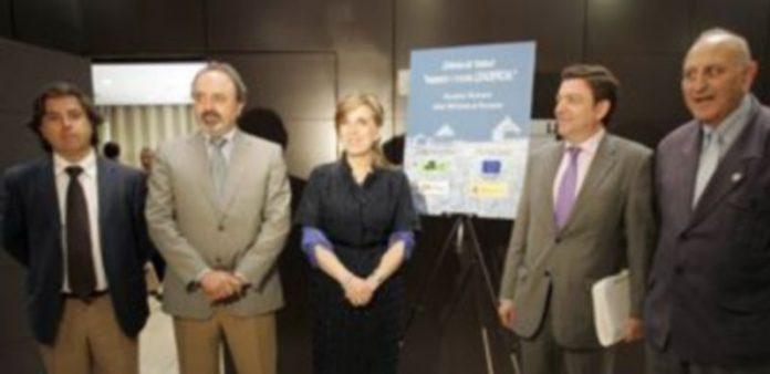 María José Salgueiro y el director de Ordenación del Territorio y Administración Local se reúnen con los grupos de Acción Local./ ICAL