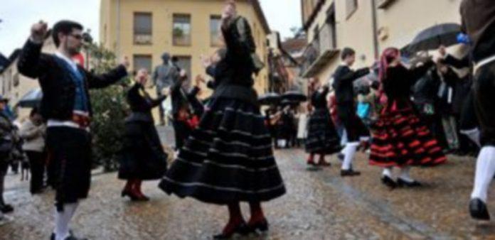 El grupo de danzas La Esteva bailó ante la estatua. / KAMARERO
