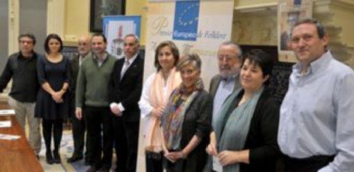 Los miembros del jurado posaron con el alcalde y la concejala de Cultura. / ALBERTO BENAVENTE